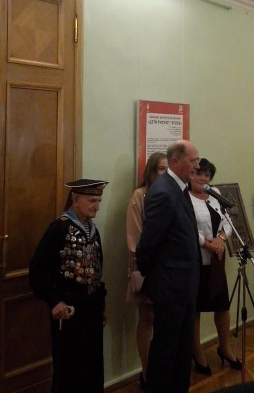 Открытие выставки учащихся ДШИ Красносельского района «Дети рисуют героев» в Смольном